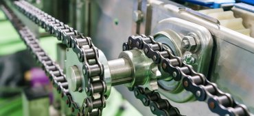 Gear and chain drive shaft in conveyor chain and conveyor belt is on production line_Quelle: shutterstock_793083277_Navin Tar