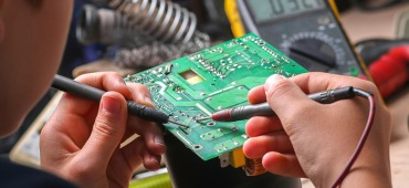 Repair of electronic devices, tin soldering parts_Quelle: shutterstock_tcsaba_730471276