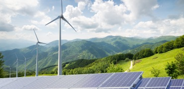 Solar panels and wind turbines_Quelle: shutterstock_326698985